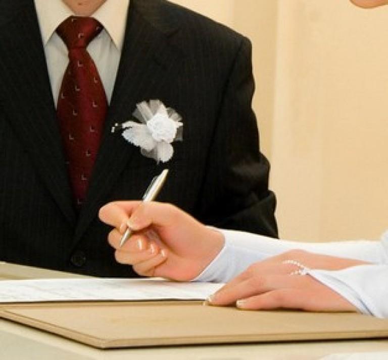 Старой или новой подписью расписываться в ЗАГСе